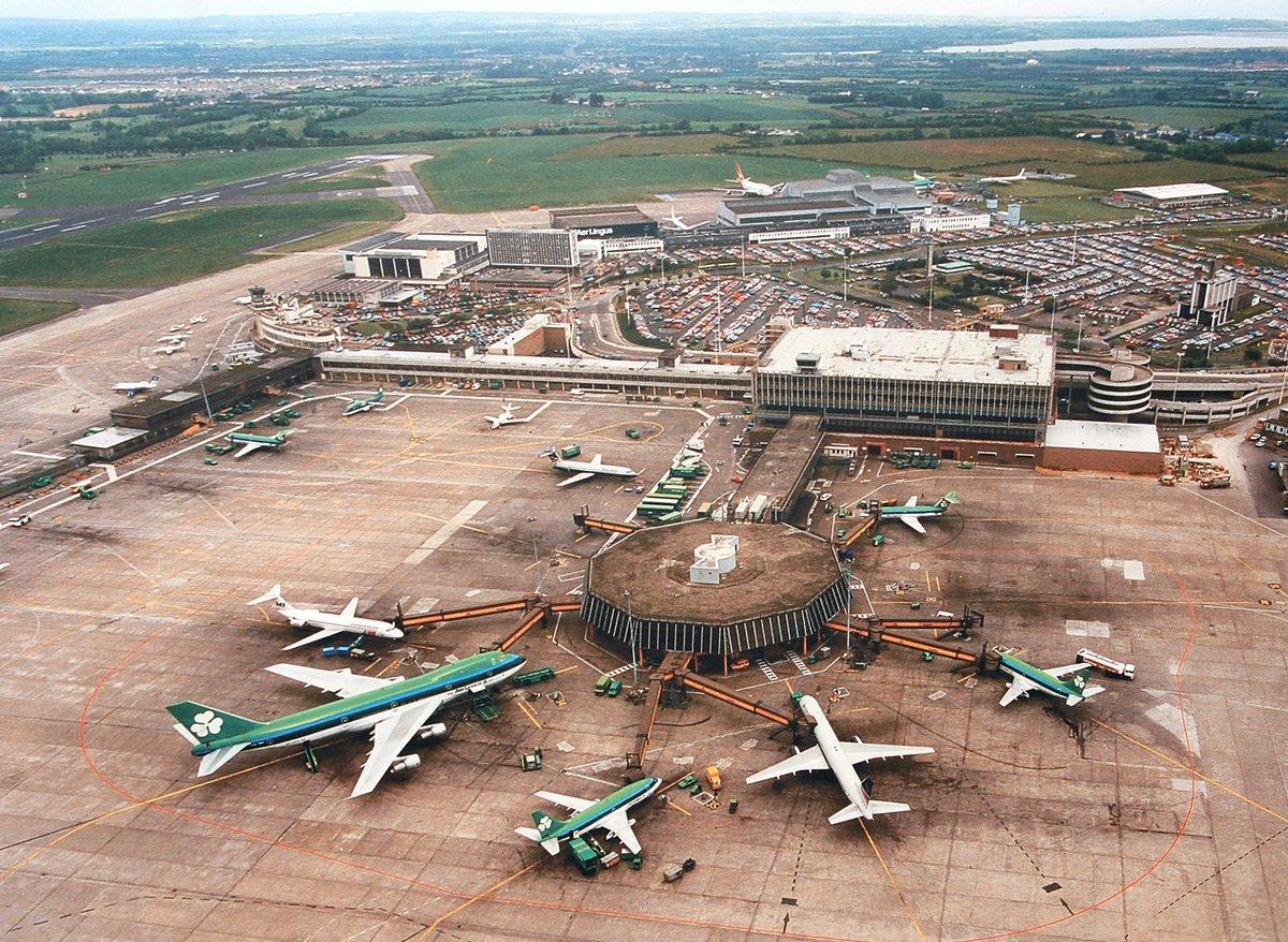 #AirplaneTime for the #avgeek Pier B at Dublin with a @Aerlingus  B747, B737-200, BAC 1-11, SAS DC-9, British Airways BAC 1-11 & B757. Over at the Hangers a Qantas B747 which probably dates the pic at 1989. Not one of my pics, but from a @DublinAirport exhibition some time ago..pic.twitter.com/Ixk998CLqu