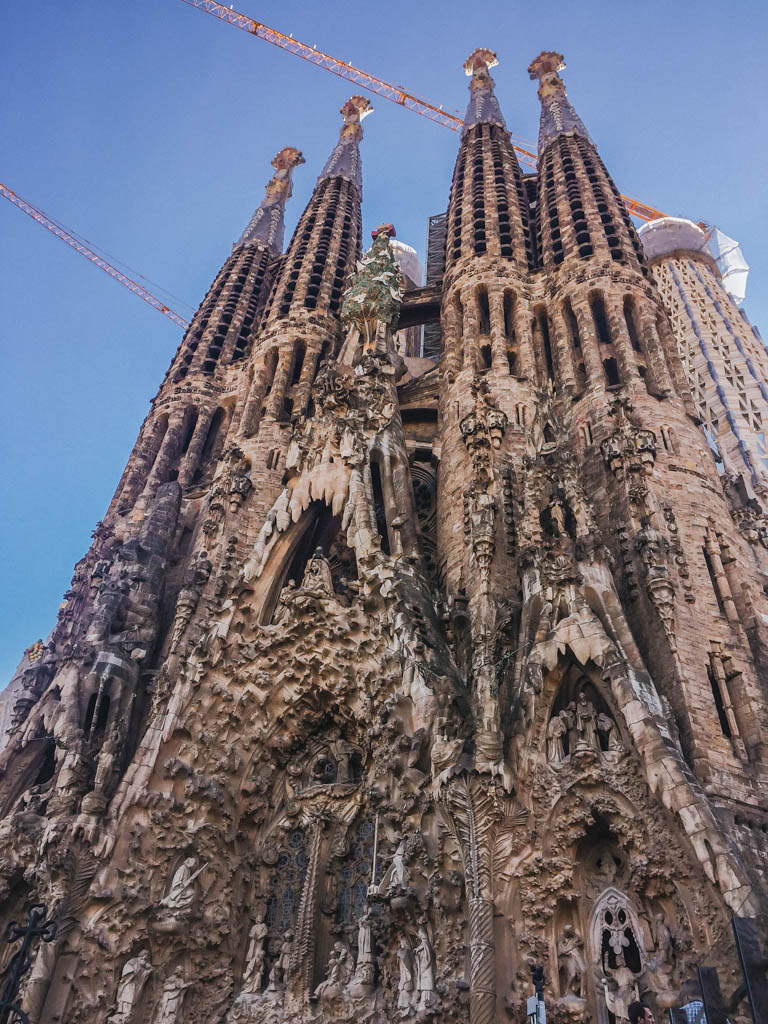 Flashing back to Sagrada Familia in #Barcelona. While the inside was very cool, I think the outside is still the best part. If you're on a budget, skip the entry ticket and just admire the outside! pic.twitter.com/Bz9IMzFIkE