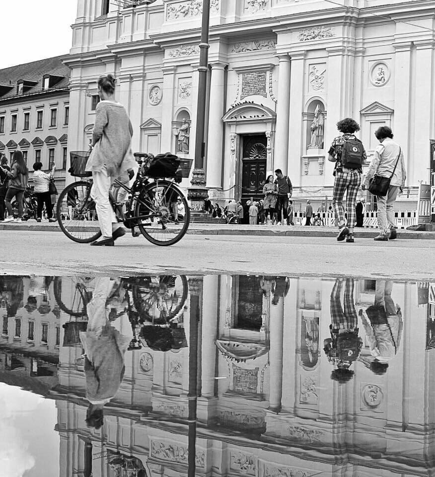 Lepersonesono come le biciclette: riescono a mantenere l'equilibrio solo se continuano a muoversi.  Albert Einstein  #NotteConUnaFoto a #CasaLettori  @CasaLettori pic.twitter.com/Ms9UD0ou4a