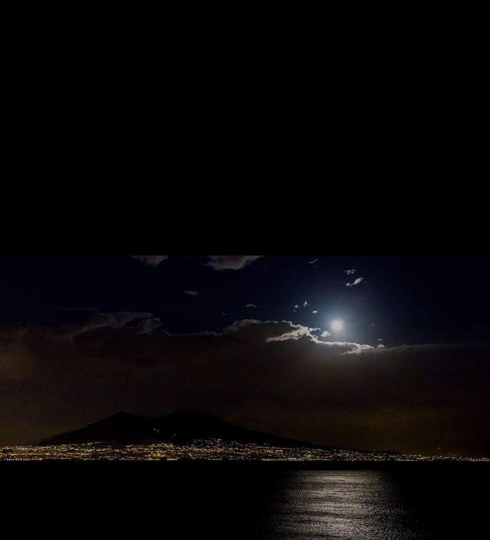 Vecchia ragazza come va? Beato chi ti conosceva già  prima che ti andasse via dagli occhi  tutto quel mare .... http://F.De Gregori  La notte a Napoli #CasaLettori #Notteconunafotopic.twitter.com/hCa8tAmVAA