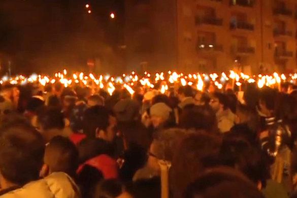 """#NotteConUnaFoto per non dimenticare... mai """"Dona a chi ami ali per volare, radici per tornare e motivi per rimanere"""". #CasaLettori #LAquilapic.twitter.com/DpOCITrTzx"""
