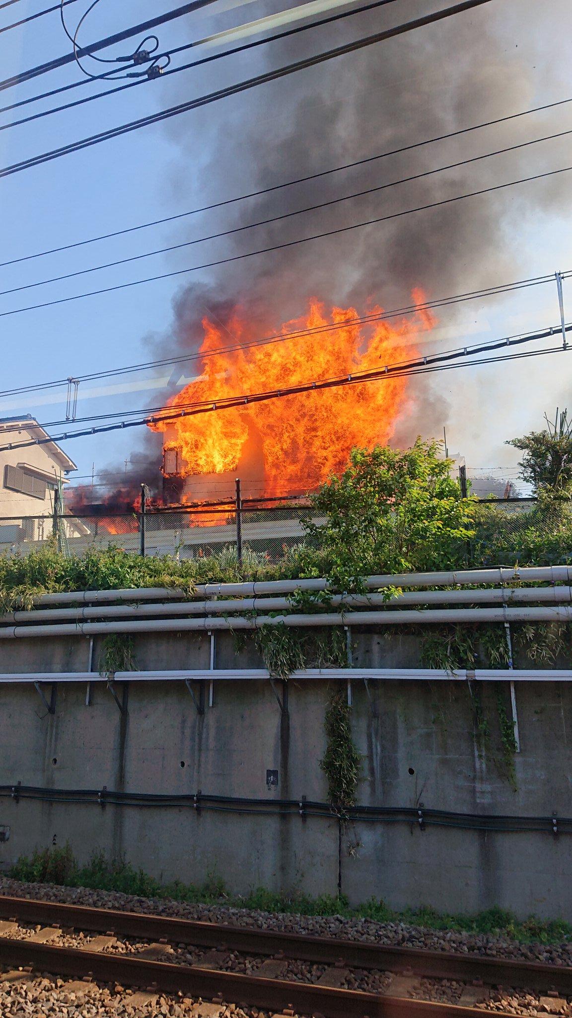 総武線沿いで沿線火災が起きている画像