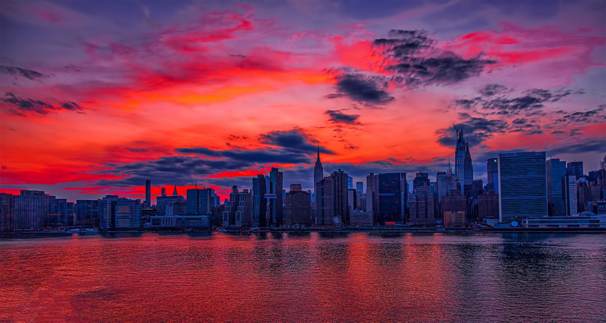 Golden-pink sunset tonight in #NYC. #StayStrong #StaySafepic.twitter.com/ZbqaiWCdCK