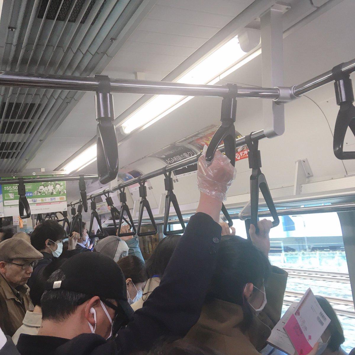 今朝の上野東京ライン(赤羽〜尾久)はこんな感じです。 休日自粛してる意味ない。 #コロナ #緊急事態宣言 #満員電車pic.twitter.com/Ls2XK6al7o