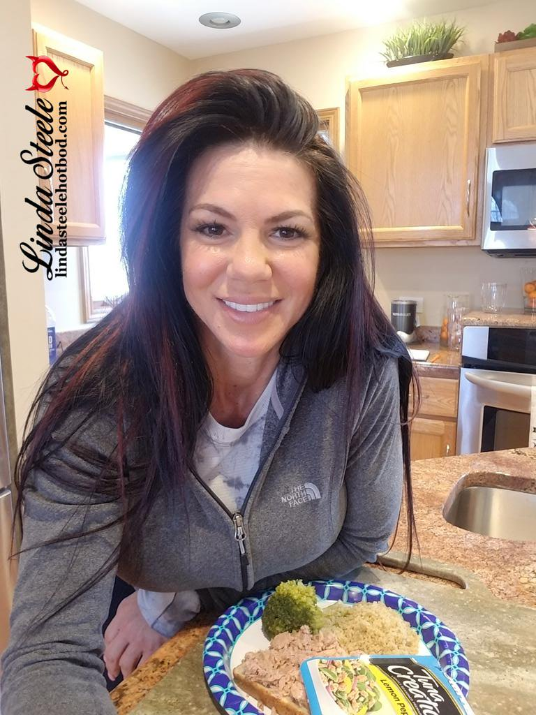 """Got caught up with things at home today...feeling very accomplished! A big """"Thank You"""" to my boyfriend and kids who helped! Couldn't have done it without you guys!!  #Teamsteele #gettinshitdone #staypositive #fit #fitness #fitfam #thingstodowhileinquarantine #socialdistancing pic.twitter.com/tC4QmprJSj"""