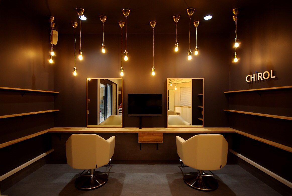 【フレームス デザイン事例】 9坪ほどのコンパクトな美容室です✂︎ 照明を吊る長さに変化をつけたら、可愛らしい雰囲気になりました#内装デザイン #店舗デザイン #美容室 #美容室内装 #インテリア #インテリアデザイン #内装工事 #照明 #ペンダントライト #interiordesign #interior pic.twitter.com/GX5kse79Bl