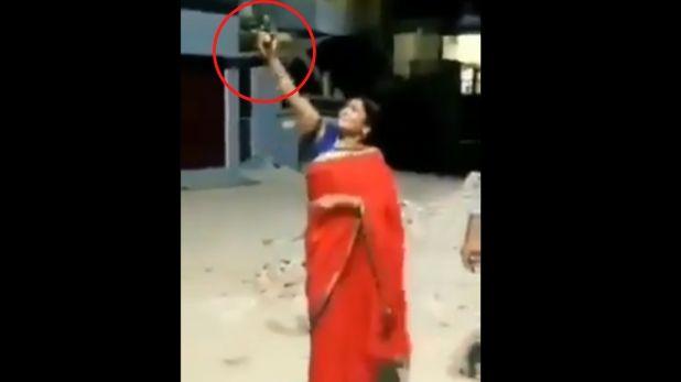 #UttarPradesh : BJP महिला मोर्चा जिलाध्यक्ष ने #CoronaVirus भगाने के लिए की हवाई फायरिंग, Video वायरल @umeshpathaklive की रिपोर्ट  https://www.tv9bharatvarsh.com/viral/bjp-president-mahila-morcha-district-president-manju-tiwari-firing-in-balrampur-video-viral-197612.html…pic.twitter.com/5Dn93hLrAU