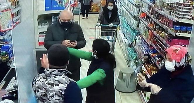 VİDEO | Koronavirüs | Esenyurt'ta maskesiz alışveriş yapmak isteyen kişi vatandaşlarla tartıştı: Maskem yok, devlet dağıtsın https://t24.com.tr/video/koronavirus-esenyurt-ta-maskesiz-alisveris-yapmak-isteyen-kisi-vatandaslarla-tartisti-maskem-yok-devlet-dagitsin,27263…pic.twitter.com/MlRftA4Dp6