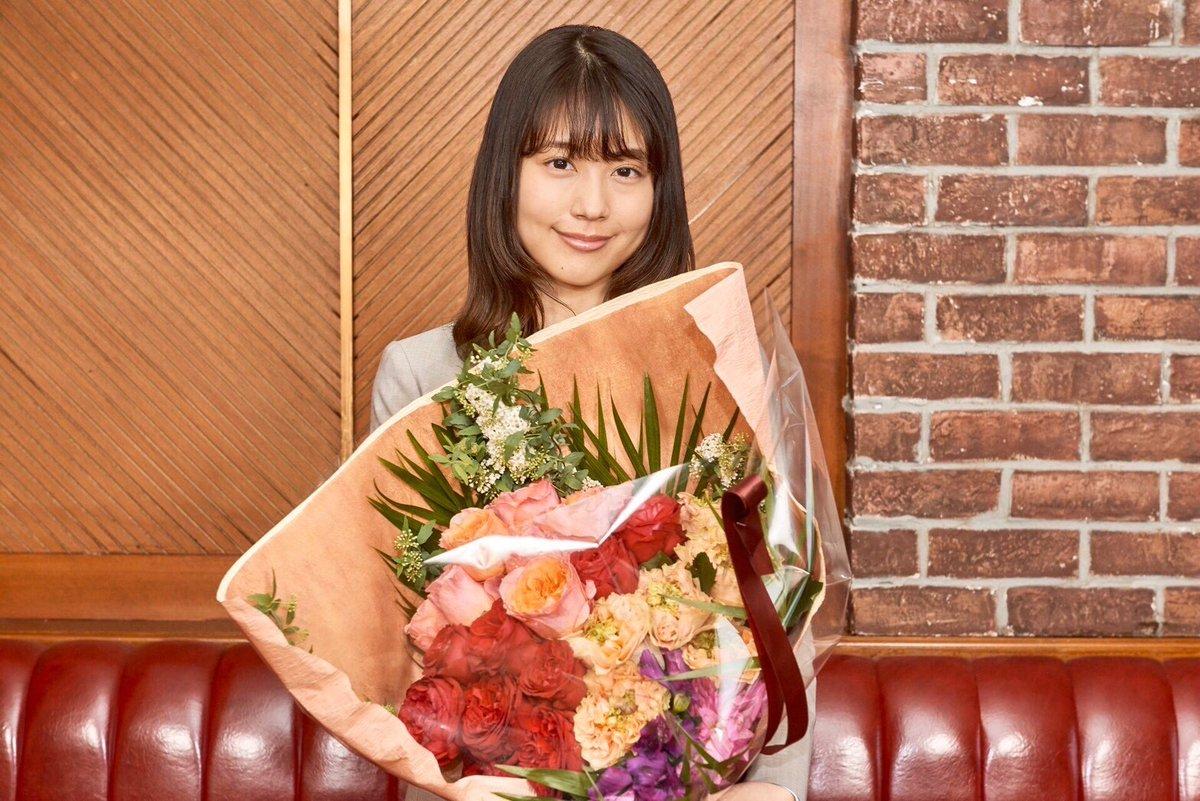 TVCMの撮影現場で #有村架純 さんと #浜辺美波 さんに大きな花束をプレゼントしました💐実は今、新型コロナウイルスの影響で、卒業式や入学式で使われる予定だった全国の花たちが行き場を失っています。少しでも助けになれればと思っています。撮影した新CMは5月公開予定!お楽しみに❤️#JA共済