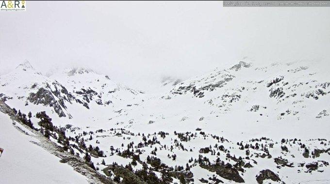Buenas. Mucha nube hoy, ha llovido y nevado con la cota sobre los 2200-2400m. Semana variable por delante, aunque con temperaturas suaves. #Respomuso y #Bachimaña. Espectacular la primera captura con nubes de estancamiento valle abajo. https://t.co/7YTZpFzIjA