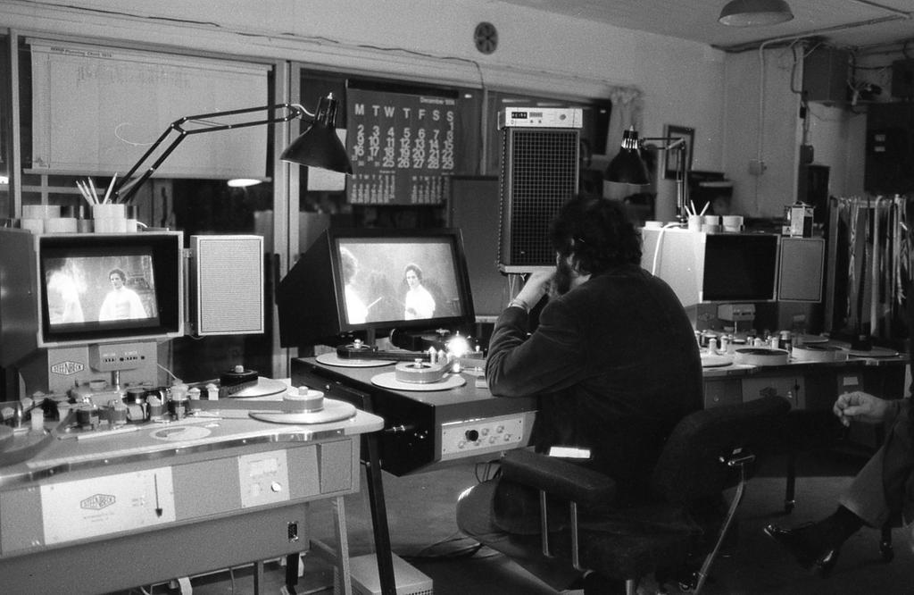 Stanley Kubrick editing Barry Lyndon (1975)..  #filmtwitter #film #editing #Filmmaking #stanleykubrick #barrylyndonpic.twitter.com/tZoJbrj5f3