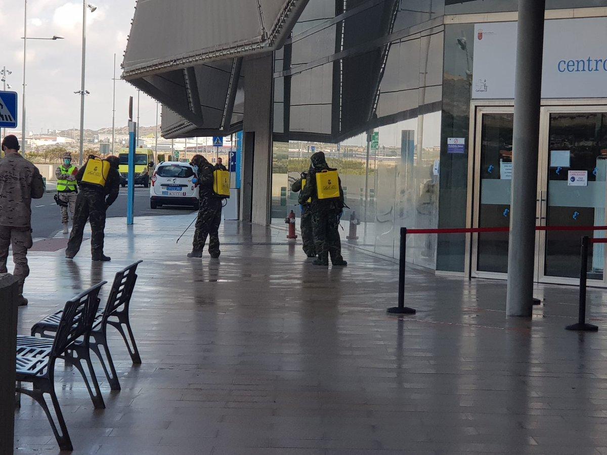 Hoy la @Armada_esp e integrantes del Tercio de Levante y Arsenal de Cartagena nos están ayudando a desinfectar el Hospital Santa Lucía. Gracias por ayudarnos en las tareas de prevención y seguridad 👏👏 @Murciasalud @AytoCTcomunica @AytoMazarron @fuentealamo https://t.co/rskmGeEzKy