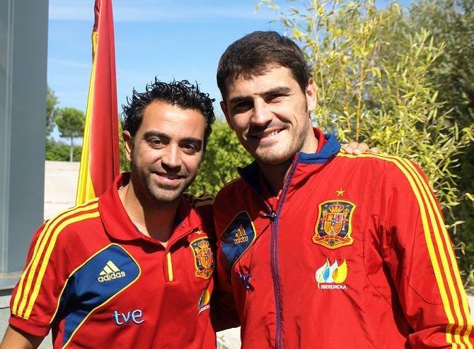 Xavi Hernández e Iker Casillas, en una concentración con España.