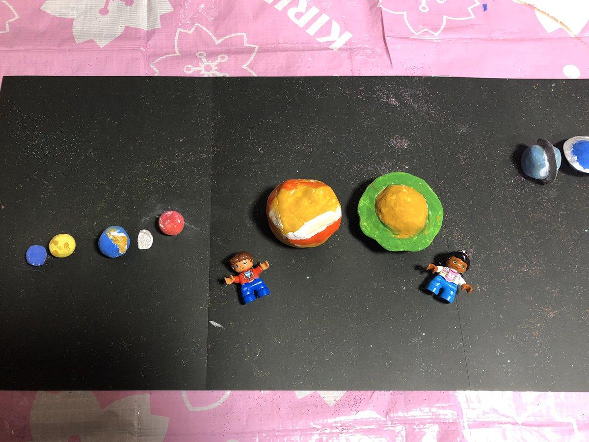 登園自粛でヒマになった娘、太陽系を粘土で作製。  My daughter has no nursery school due to COVID-19 and all the time in the world. So she went ahead and created the planets of the solar system with clay. She sprinkled glitter to make it more like space. pic.twitter.com/6EoEn7bDQ0