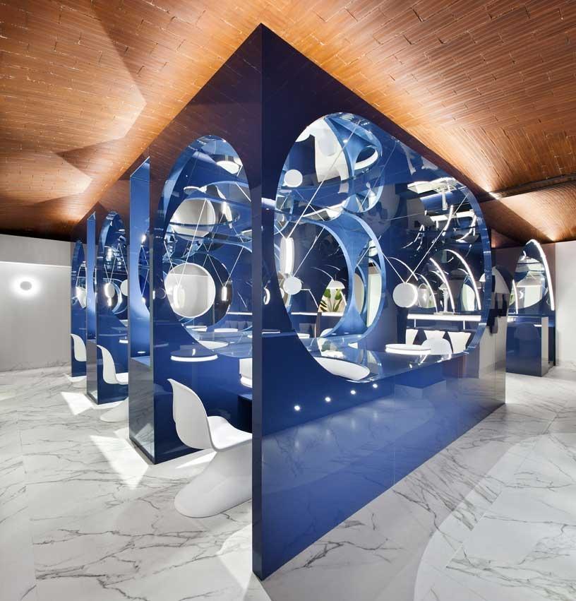 "En el ""Alvic Blue Moon Lounge Bar"" proyectado por @HRuizVelazquez en #CasaDecor2020, se levantó una estructura geométrica realizada con espejos y paneles  «Azul índigo Luxe Plus» en acabado brillo, de @ALVIC_ESP . #CasaDecor2020 #CasaDecorSostenible #Velázquez21 https://t.co/V1kSUozxwI"