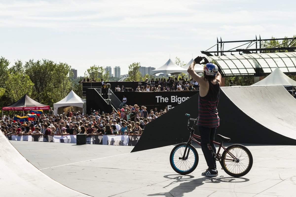 Receive some ❤️ from @Danieldhers  to start off the week. #ucibmxwc #ucibmxfreestyle Pic by @fiseworld https://t.co/TUuS3t5Abn