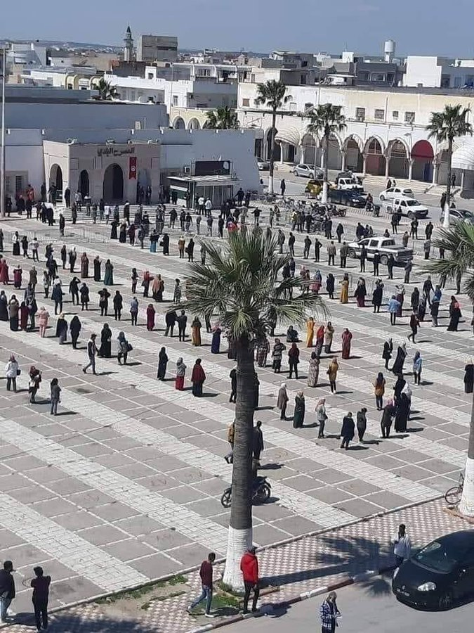 #Photo of the day:  #Tunisia - Beautiful, socially-distant, queue of people waiting for social aid in Ksar Hellal (#Monastir).  #COVID19  #تونس #كورونا #قصر_هلالpic.twitter.com/2qu1IlQBoU