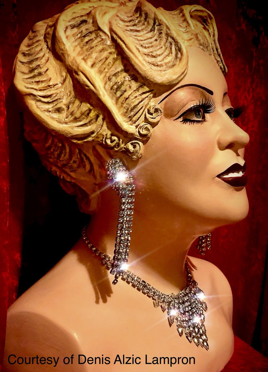 Side view of the  life size Bust of Mae West at the Montreal exhibition.  #Montreal #MaeWestpic.twitter.com/C6XxZbCCf0
