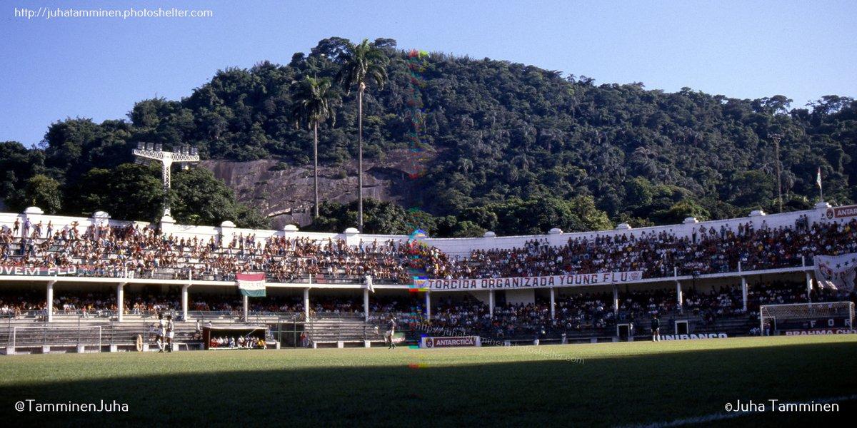 Estádio das Laranjeiras durante o jogo Fluminense v Cabofriense, 25 de fevereiro de 1987. O diapositivo estava dobrado no meio onde aparecem as cores da prisma, estou sem paciência pra retocar isso. #Fluminense #Laranjeiras  @FluminenseFC @GDesde1902 @laranjeiras_101pic.twitter.com/QHp8DG5YCv
