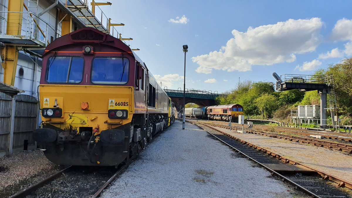 Knottingley depot. Home time. Relieved on 6H94 for Drax. Stabled for the rest of the day is 3Z12 weedkilling MPV. Due to the current situation this working is being T&T to comply with social distance. @DBCargoUK 66025/165. #teamred #livingthedream #bestjobintheworld pic.twitter.com/d5fDATJS8S