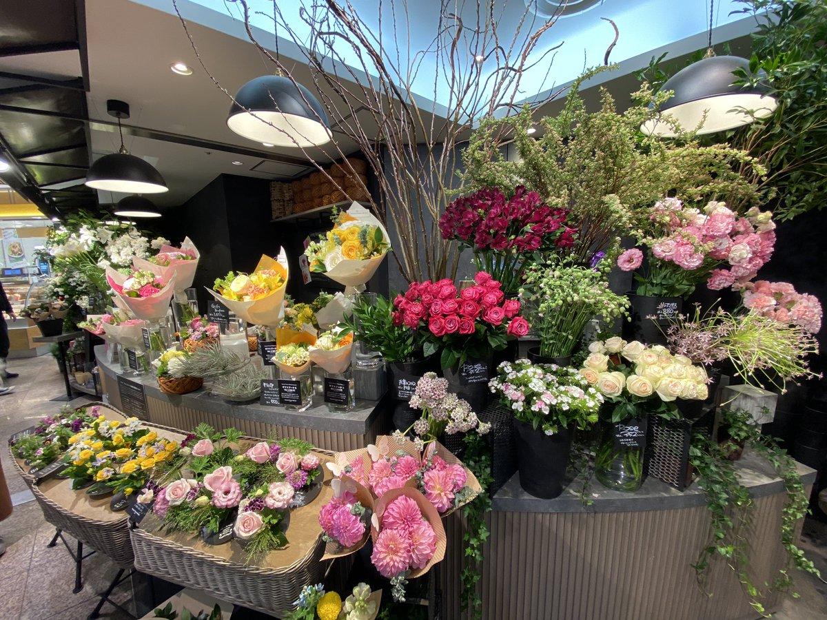 非常事態宣言の発令でお花屋さんは明日から休業。今あるお花は破棄となってしまうとお店の方が。不要不急のものなれど、心に花をは不朽の気持ち。お仕事帰りに一瞬足を止め、余裕のあれば一輪だけでもお家で待つ家族の為に如何でしょうか( ´ ▽ ` )。
