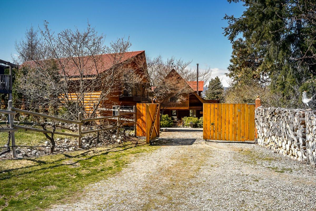 3057 Naramata Rd, Naramata, B.C. Beautiful custom built Log Home with separate guest house. Nestled in on just over 2 acres in the heart of #Naramata #WineCountry #loghome https://listings.soreb.org/listing/Naramata-BC/3057-Naramata-Road/orjj… Listed at: $1,169,000pic.twitter.com/WP1jEB16MD