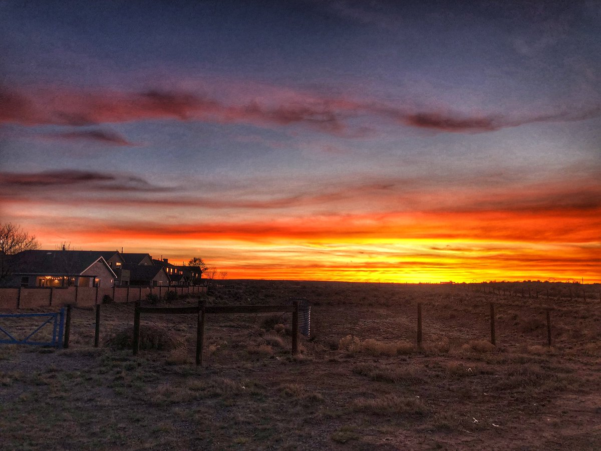 Sunset in front of the house and across the mesa tonight #NewMexicoTrue #sunset pic.twitter.com/q8PBTDjDMy