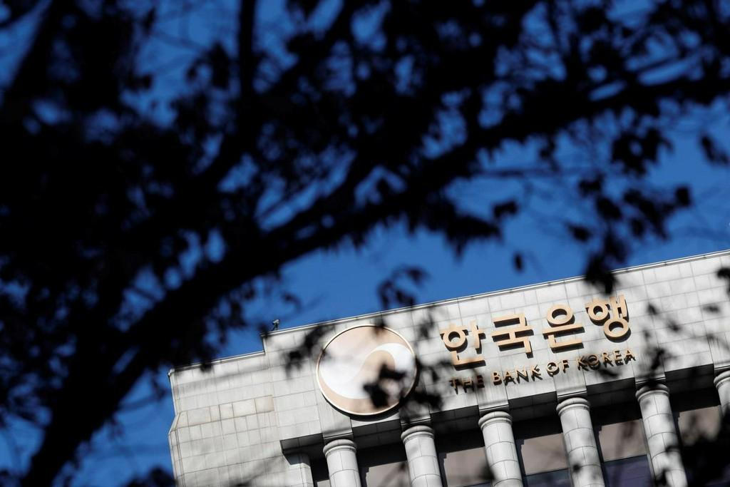 Korea central bank rolls out 'QE-light' to ease virus pain https://www.reuters.com/article/uk-health-coronavirus-southkorea-cenbank-idUKKBN21D09B?taid=5e7c49b6ef5fb40001469abd&utm_campaign=trueAnthem%3A+Trending+Content&utm_medium=trueAnthem&utm_source=twitter…