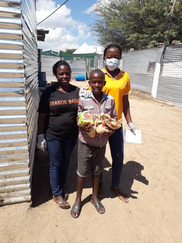 Op onze projecten in Namibië is het eten wat nog beschikbaar was, verdeeld over kleine voedselpakketten en meegegeven aan de kinderen om mee naar huis te nemen. Hierbij is een brief bijgevoegd met informatie over Covid-19.  #covid19 #corona #namibia #food https://t.co/tb3GKotL15