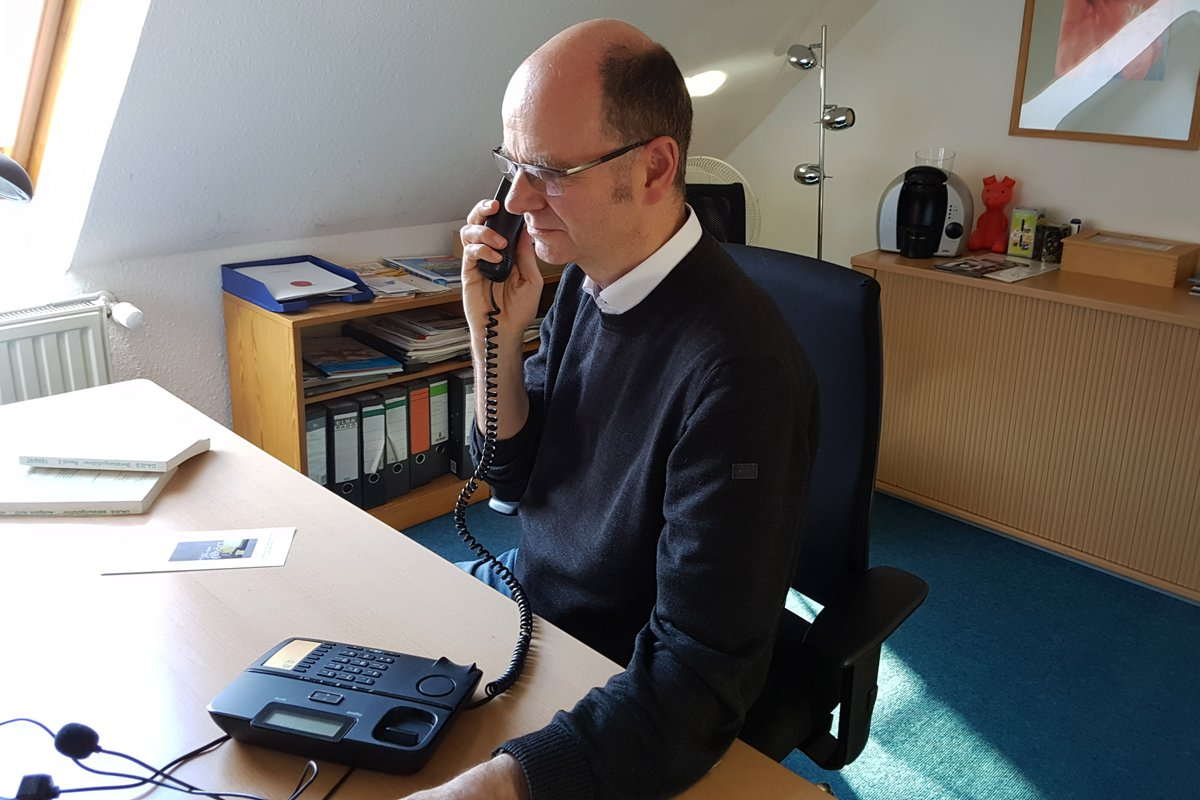 """""""Wir sollten uns nicht in einer Ellenbogen-Mentalität im Kampf um das letzte Paket #Toilettenpapier verlieren, sondern aufeinander Acht geben und uns gegenseitig unterstützen"""", sagt Dirk Grajaszek von der #Telefonseelsorge Hochsauerland: http://www.diakonie-rwl.de/themen/ehrenamt/telefonseelsorge… #Coronakrisepic.twitter.com/KUwnAkr8AG"""