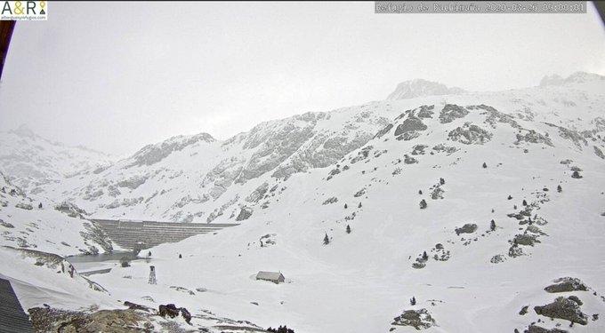 Buenos días. Ha nevado débilmente y han bajado las temperaturas. Sopla bastante el viento norte. La mínima en Respomuso ha sido de -8.5C°. Reporta 146cm por lo que ha ganado 4cm respecto a ayer. No hay datos de Bachimaña. https://t.co/eHcz7Ywxb0