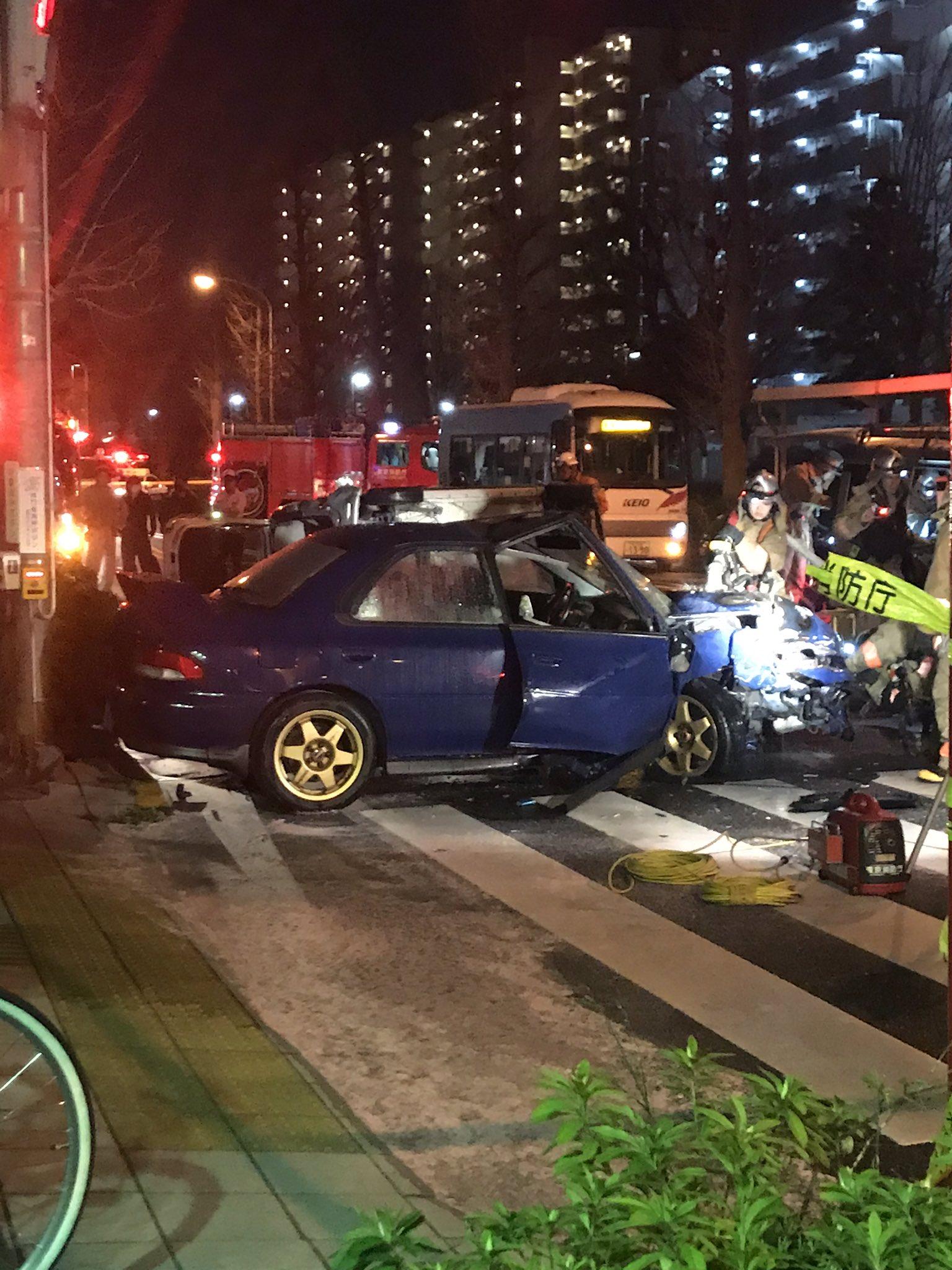 日野バイパスの多重事故で車が大破している画像