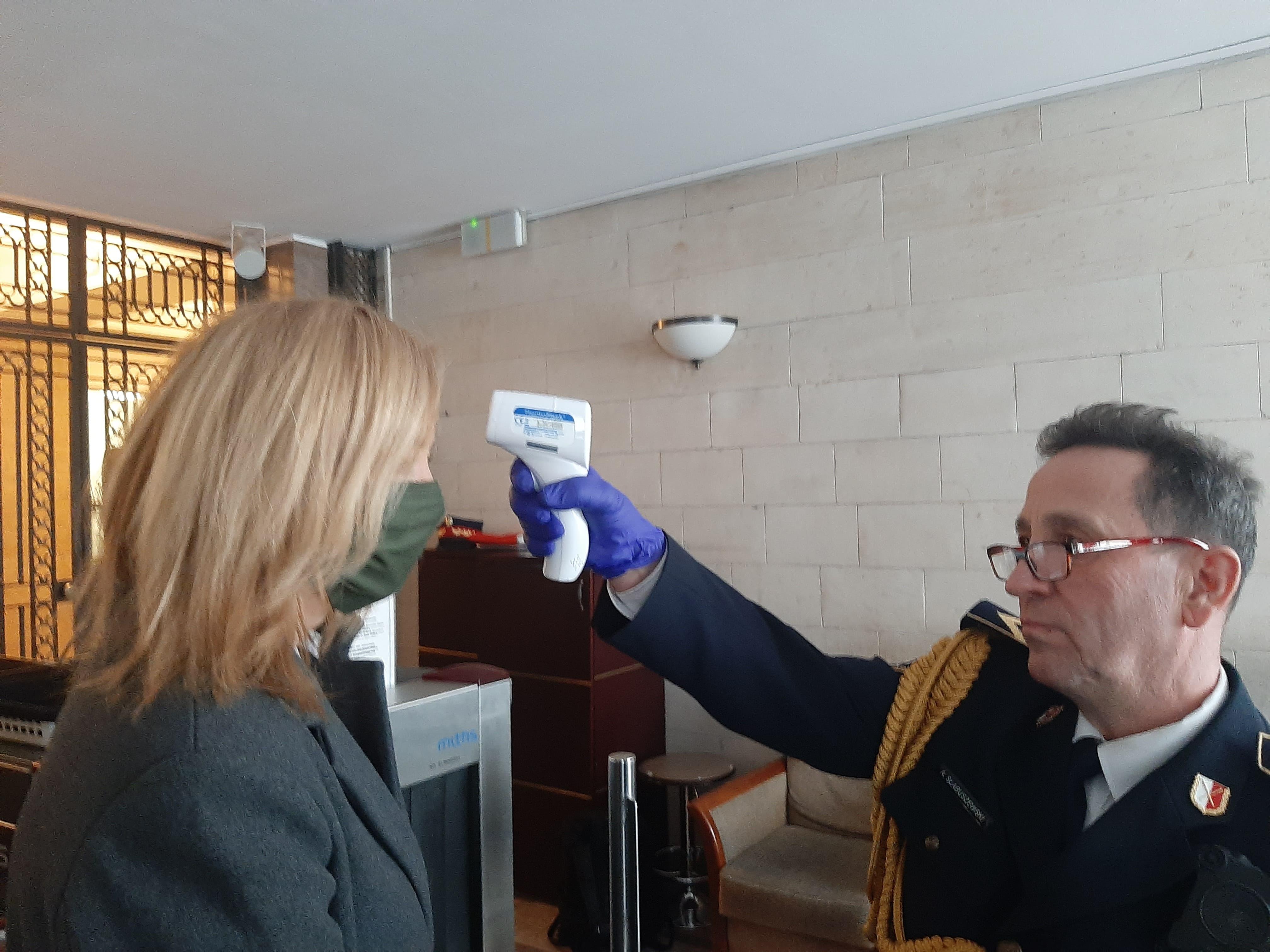 posłanka Lewicy Hanna Gill-Piątek, mierzenie temperatury przy wejściu do Sejmu, 26 marca 2020, źródło: profil Hanny Gill-Piątek na Twitterze