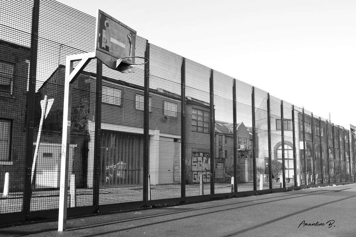 JOUR 10. 1 Jour - 1 Playground.  #London calling !  (Playground de Shacklewell Street, dans l'est de Londres). #1Jour1Playground #ConfinementJour10 #confinement<br>http://pic.twitter.com/AswBYhBlW3
