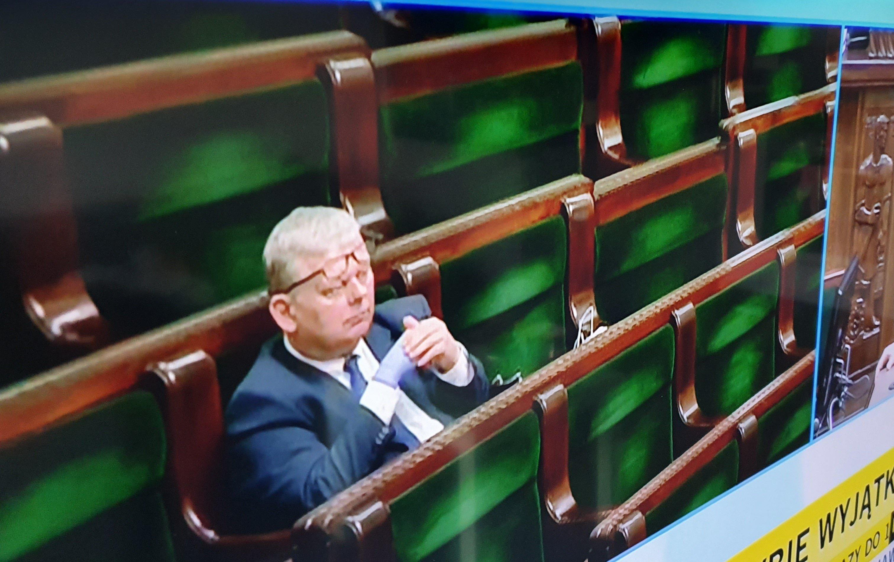Marek Suski w jednej rękawiczce jednorazowej podczas posiedzenia Sejmu 26 marca 2020, fot. Żaneta Gotowalska, Gazeta Wyborcza