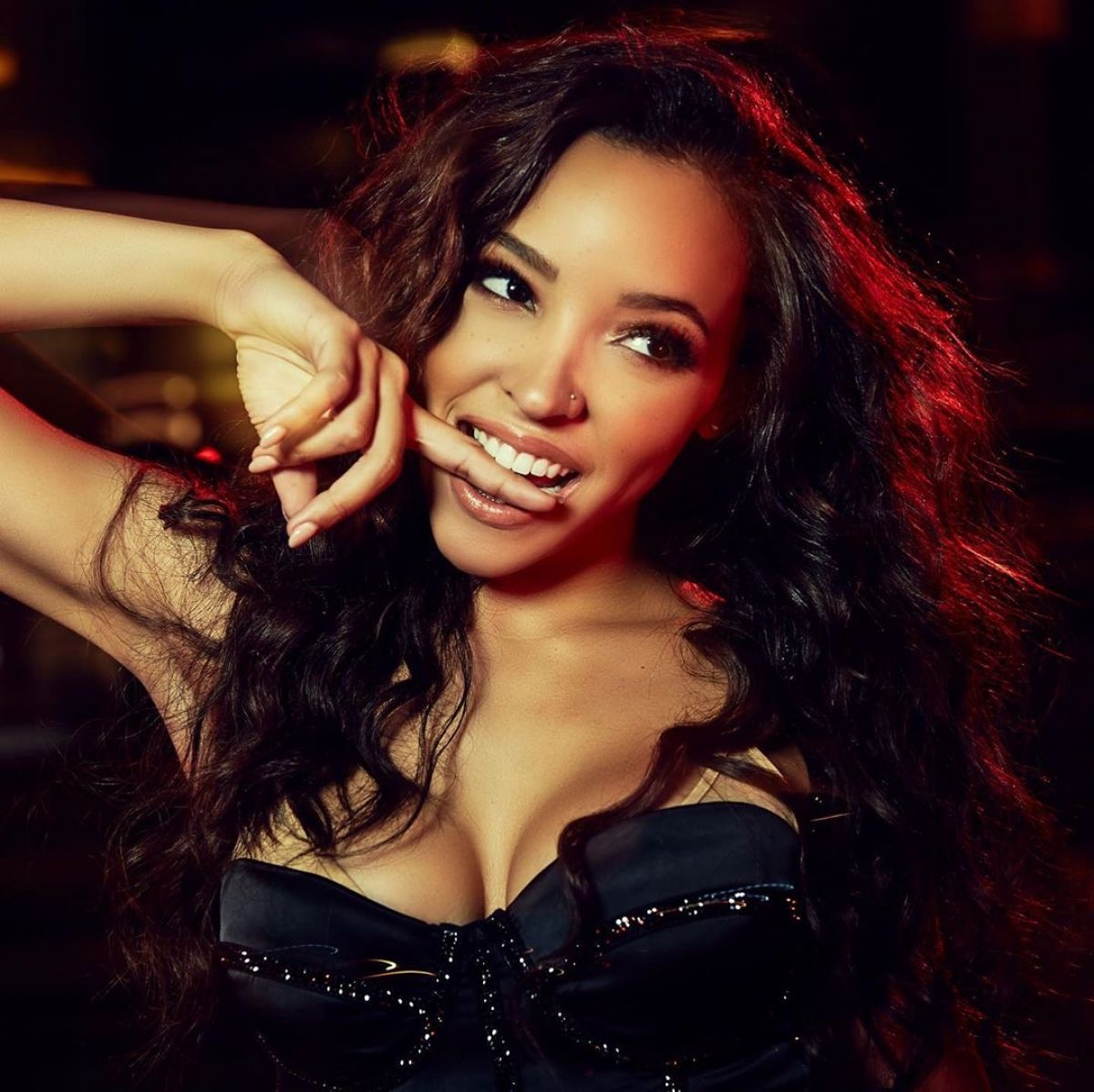 """A @Tinashe live stream for you  We can't wait to watch her perform songs from """"Songs For You"""" live from her home studio Tomorrow, March 27 at 2pm on her YouTube, Instagram, and LiveXLive: https://bit.ly/StreamTinashe. Tune in and check it out!pic.twitter.com/jQLnfkW3YC"""