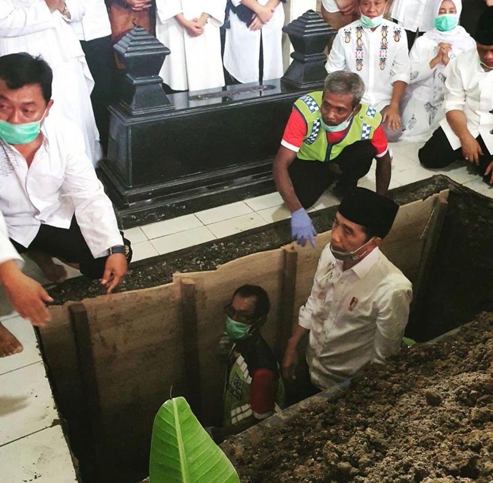 Presiden Jokowi sedang menguburkan mendiang ibundanya.