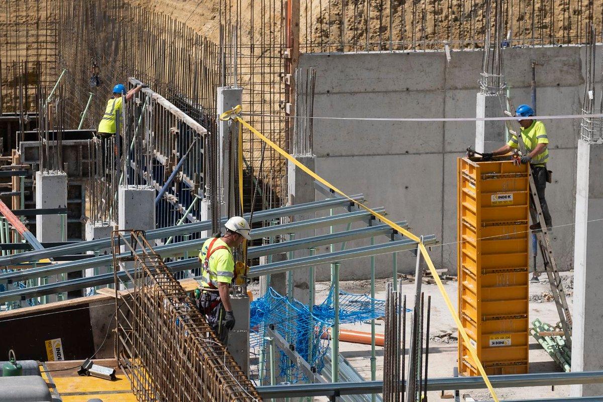 La construcción funciona a medio gas entre peticiones de una parálisis total. El sector, que aporta un 10% al PIB, debate hasta qué punto debe detener su actividad a causa de la epidemia https://t.co/ew2wEFFxu9 https://t.co/SRs7b3SzLY