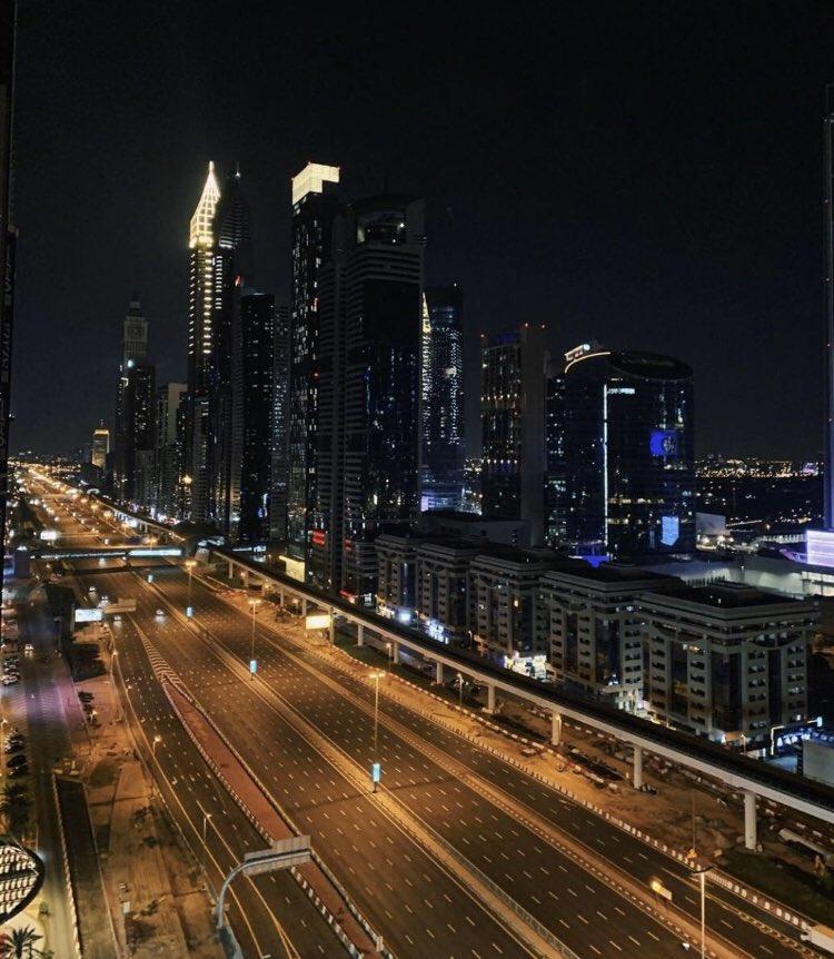 - استبدال جملة (حظر التجول) بـ(برنامج التعقيم الوطني)  - الإلتزام التام من السكان بعدم الخروج وخلو شوارع المدينة الأكثر اكتظاظا بعد بدء فترة التعقيم  - تعقيم الشوارع والمناطق بطائرات درونز . تميز الإمارات 🇦🇪 دائم حتى في الأزمات  . https://t.co/DVUU1O3aC3