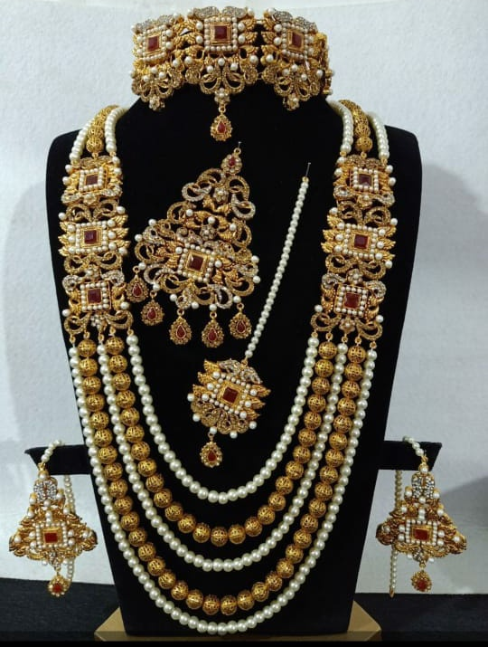 Bridal set available in different colors.oder for inbox plz.   #thappakundanjewellry #chokercollection #thappaearrings #kundanearrings #kundanmena #jhumki #thappajewellry #kundanjhumki #gajraearrings #thappakundan #earringscollection #pakistanijewellry #karachijewellry #pic.twitter.com/qJnwSDeGep