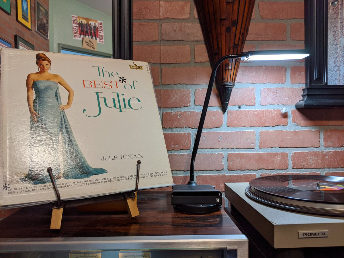 #Quarantine #jazzvinyl relaxing with the incomparable Miss Julie London. Best of mono pressing on the Liberty label. pic.twitter.com/mPNYUecsEi