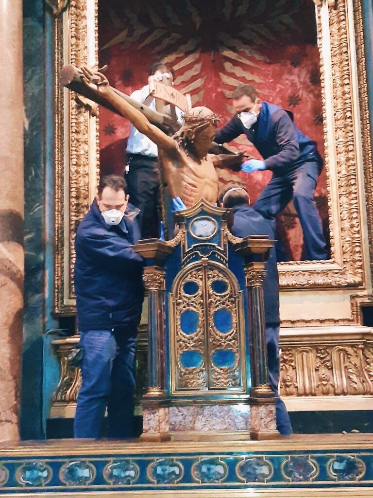 The 15th c. Crucifix miraculous in 1522 plague has been moved after 20years from chiesa di San Marcello al Corso in #Rome to be exposed tomorrow at 6.00 pm in empty piazza San Pietro for pope Francis' prayer, Urbi et Orbi blessing and plenary indulgence to end #COVIDー19 pandemicpic.twitter.com/jKBwjIT9Dj