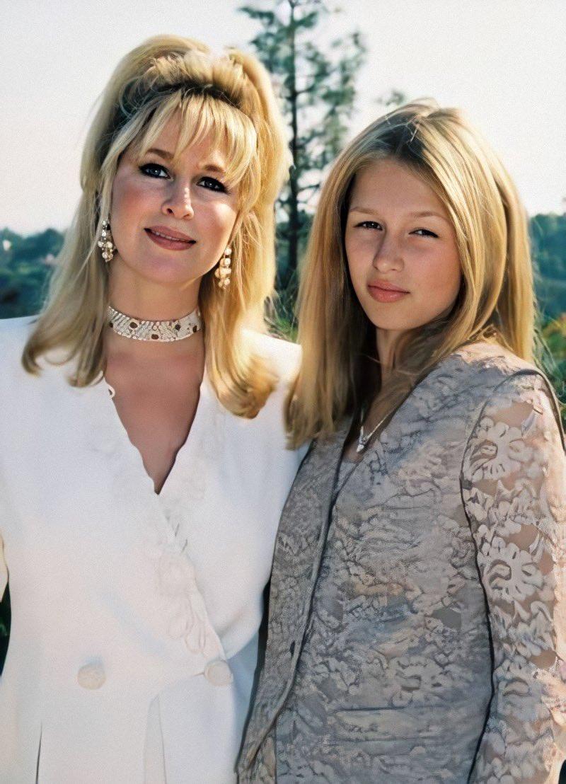 "Remeber this @ParisHilton: ""At 12 looking chic with my beautiful mom @KathyHilton. ✨👩🏼👩🏼✨ #TeenParis ✨ #TBT "" /"