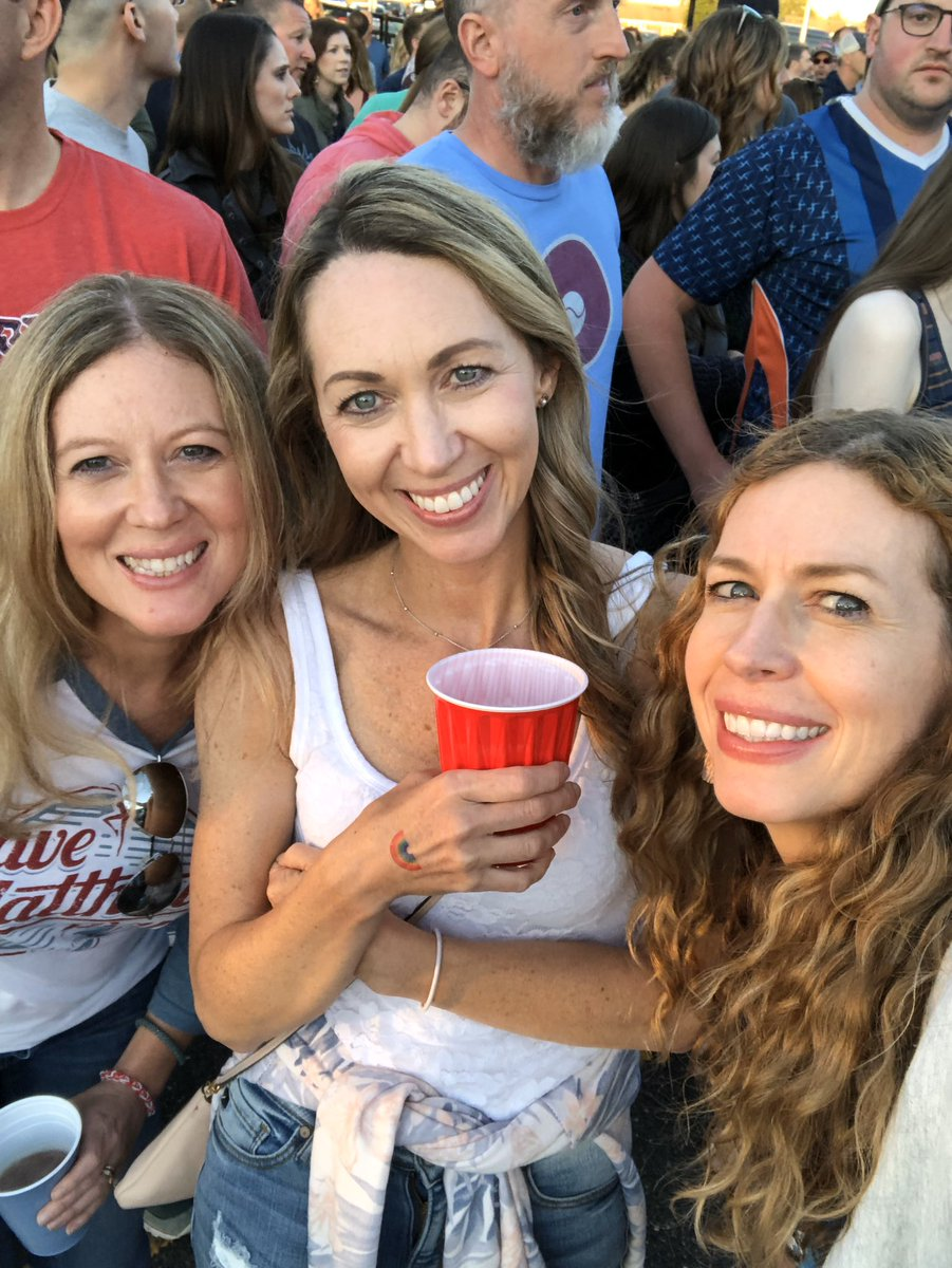 #PayItForwardLIVE  Thank you Dave!!! I have always dreamed you would be in my house #sisters pic.twitter.com/3Q27xUKxky
