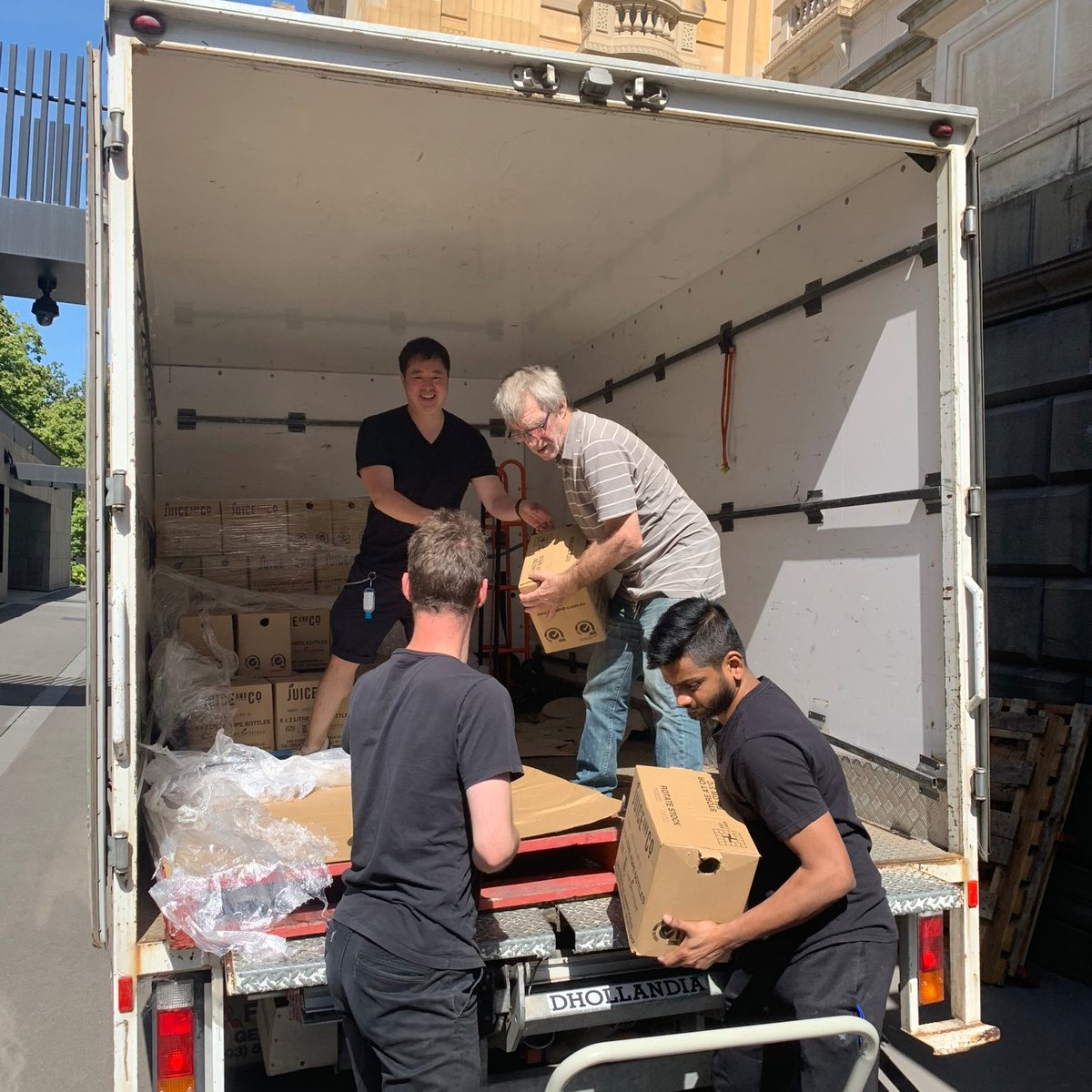 What a great donation today - 9 tonnes of food items from @CrownResorts to help Parliament House kitchens prepare meals for those in need, working in partnership with various charitable organisations #springst https://t.co/Jjc81stgu5