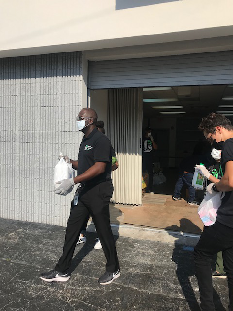 Day 1 of Food Distribution thanks to @gosushimaki, @feedingsouthflorida and @mpdpolice for making it possible. Over 150 people served today!  #giveback #bbbsmiami #community #volunteer #bbbsa #mentor #beabig pic.twitter.com/A9sS0nIP6V