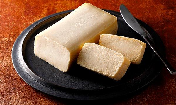 なぜ「おきてやぶり」? 名前から気になるチーズケーキ!その名前の由来は、パティシエではなく料理人が、主菜を作るイメージで作っていることから。しっとりとした舌触りと濃厚な味わい、豊かな洋酒の香りが絶品なんです!⇒ #接待の手土産 #取り寄せOK