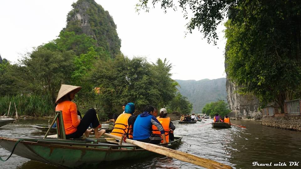 At Tam Coc we are rowed 3 kms up a river (and back) which wanders through amazing limestone mountains. The river passes through 3 limestone caves in the mountains. #TravelwithDK #Vietnam #TamCoc #NinhBinhpic.twitter.com/JhUmw2YNs8