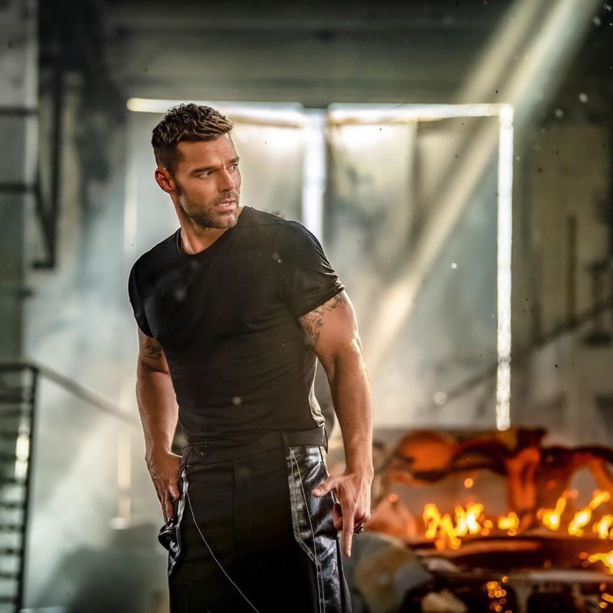 Replying to @ricky_martin: 📸: @chinolemus   #FaltaAmor  Director: Carlos Pérez @elasticpeople