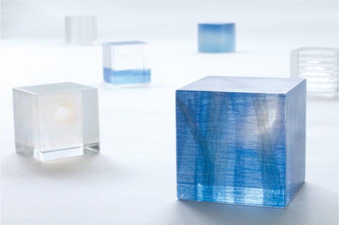 コロナ流行ってるけど😥…見に行きたい❗️キューブの中の奥行きある風景。冷たさと温もりが同居する松村淳さんのガラス作品   Sheage(シェアージュ)